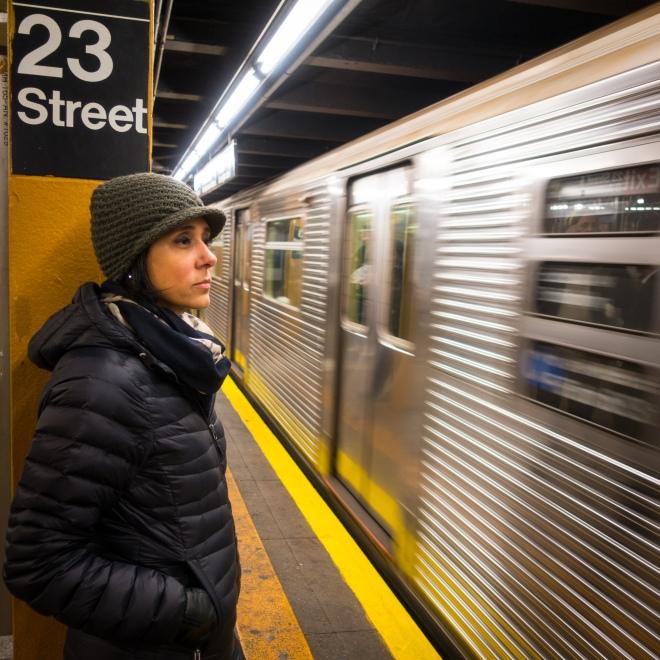Adriana Bittar no metro de Nova York
