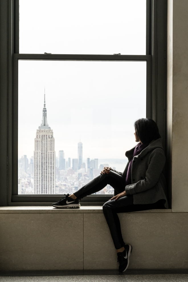 Adriana Bittar no Top of the Rock observando o Empire State